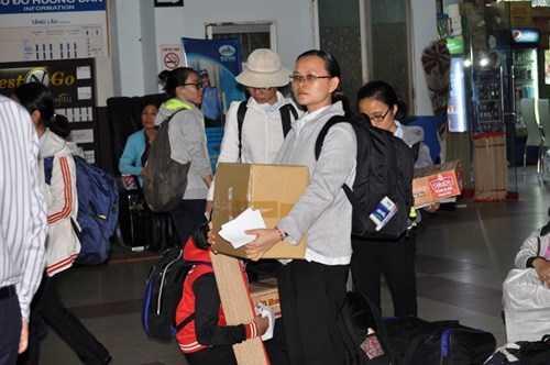 Trong chiều 1/2 có hơn trăm hành khách trong khu nhà chờ tại ga Sài Gòn. Ảnh Việt Văn