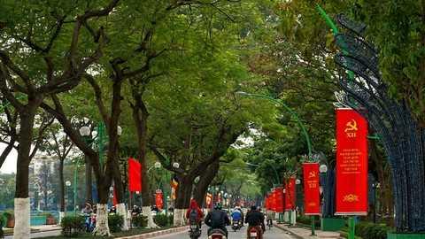 Đường Thanh Niên rực đỏ với hang trăm băng rôn chào mừng Đại Hội Đảng lần thứ 12.