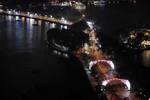 Đường Thanh Niên chạy giữa Hồ Tây và hồ Trúc Bạch lung linh ánh đèn về đêm