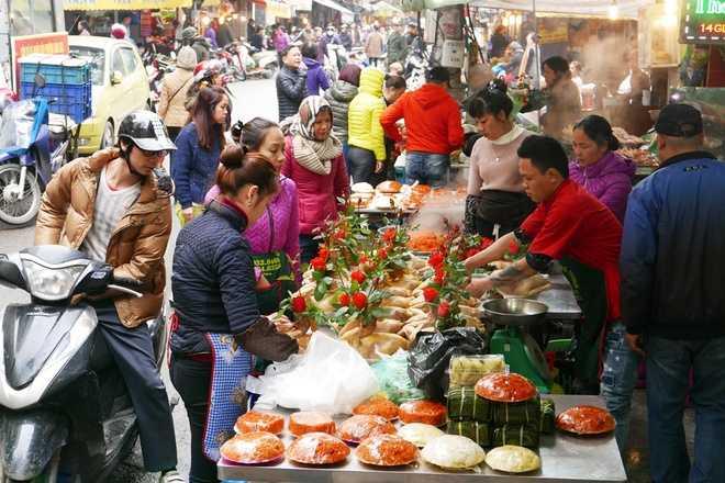 Chợ Hàng Bè hay được gọi là chợ nhà giàu của dân Hà Nội bởi thực phẩm, đồ ăn sẵn ở đây nổi tiếng tươi ngon, giá cả luôn đắt hơn mặt bằng chung. Trước tết ông Công ông Táo một ngày, chợ tấp nập hơn ngày thường.