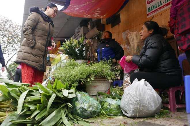 Người dân phố cổ Hà Nội cũng không quên mua những bó mùi già, lá gừng, lá sả cho dịp tết đến xuân về.
