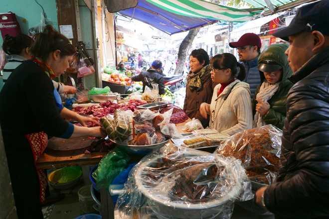 Hàng thịt bò ở chợ Hàng Bè bán cùng giò bò, bò khô... Khách mua tấp nập, thường phải đứng đợi dù đắt hơn nơi khác 2 đến 3 giá.