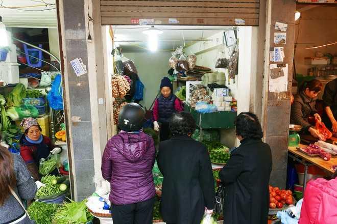 Đắt hàng nhất ở chợ này là mặt hàng rau củ quả. Các hàng rau mặt tiền san sát trên phố Cầu Gỗ giá có khi đắt gấp đôi mặt bằng chung.