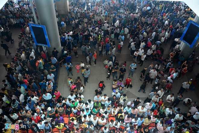 Trong những ngày qua, tại khu vực ga đến quốc tế sân bay Tân Sơn Nhất luôn trong tình trạng đông nghịt do nhiều Việt kiều về quê ăn Tết.