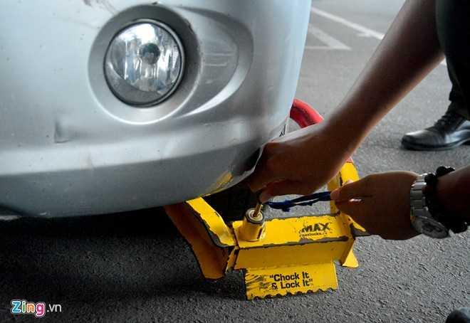 Với lý do đỗ xe sai quy định, đội bảo vệ sân bay thực hiện việc khóa bánh.