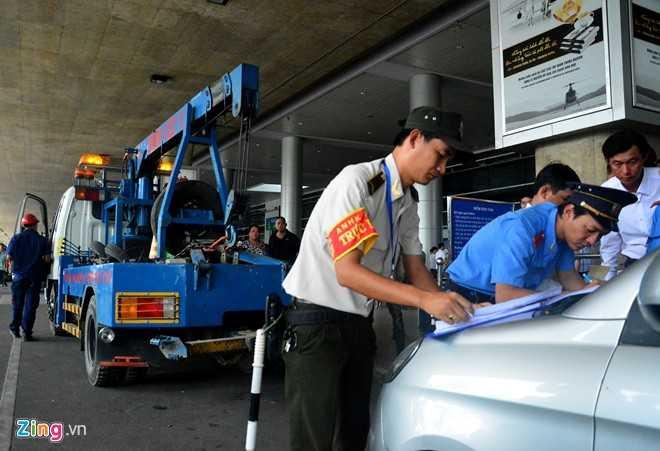Thanh tra giao thông, an ninh sân bay và tài xế vi phạm cùng ký biên bản vi phạm hành chính, đồng thời cho xe cẩu vào để tiến hành bốc ôtô vi phạm đi.