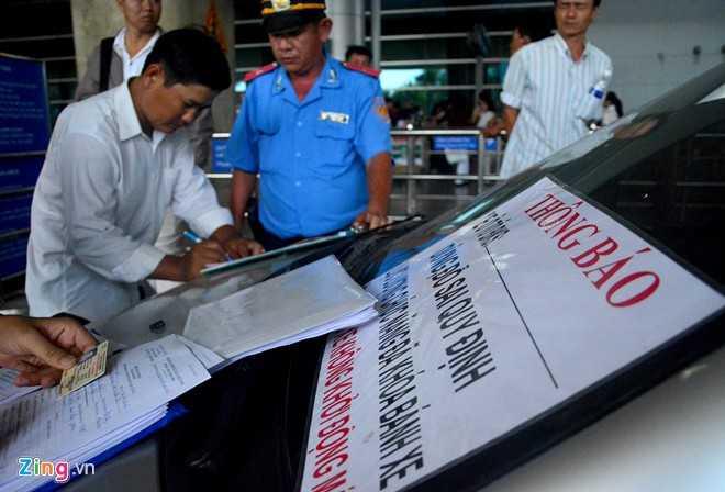 Tài xế Nguyễn Hữu Đấu (TP Bạc Liêu) cho biết, do lần đầu chạy xe lên sân bay, không rõ quy định nên để phương tiện trước cửa để vào đón người thân.