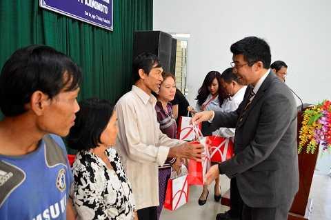Ông Shigehira Uda - Giám đốc Nhà máy Long Thành, Công ty Ajinomoto Việt Nam tặng quà Tết cho người nghèo