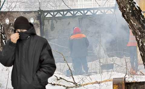 Lính bịt mặt trà trộn để trấn át dân biểu tình phản đối toà nhà của SBU.