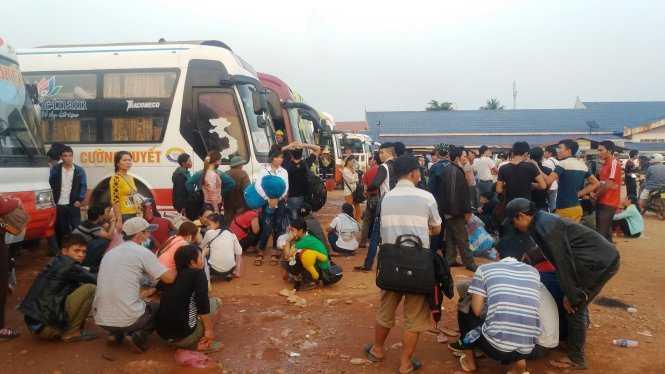 Mệt mỏi chờ đợi lên xe từ Lào về quê ăn tết - Ảnh: Doãn Hòa