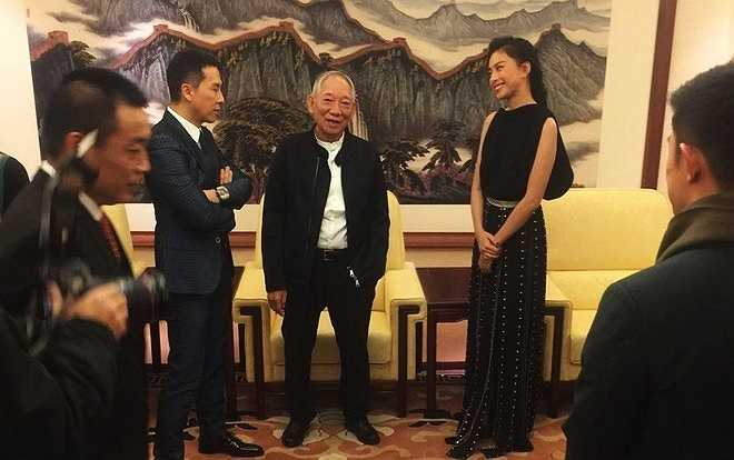 Cô trò chuyện cùng đạo diễn Viên Hòa Bình (giữa) và tài tử Chân Tử Đan trong buổi họp báo kín. Nữ diễn viên còn tranh thủ dạy mọi người nói tiếng Việt tại sự kiện. Ảnh: NVCC.