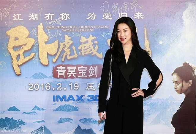 Nữ diễn viên Chân Châu diện đầm đen thanh lịch.