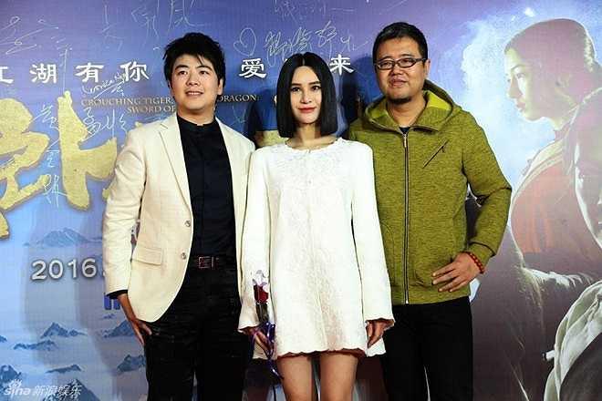 Giọng ca nổi tiếng Thượng Văn Tiệp (giữa) chụp ảnh cùng đồng nghiệp khi dự ra mắt phim.