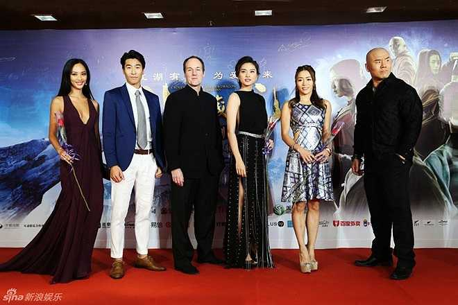 Ngô Thanh Vân (đầm đen) bên dàn sao của phim trên thảm đỏ. Ngọa hổ tàng long 2 chính thức ra rạp từ ngày 19/2. (Nguồn: Zing)