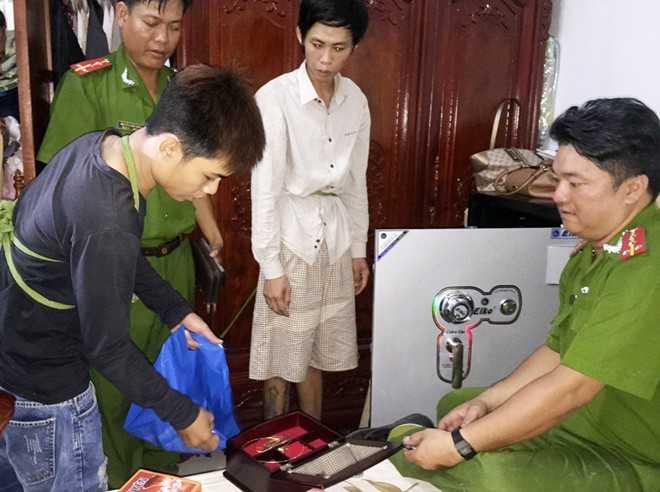Hai tên trộm lấy tài sản trong két sắt nhà đại gia.