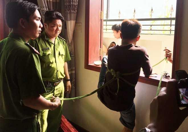 Linh và Giang trèo cửa sổ để ra ngoài sau khi trộm nhiều tài sản trị giá gần nửa tỷ đồng.