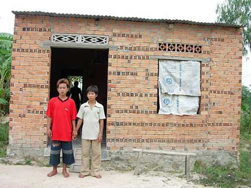 Căn nhà cũ của gia đình ông Nén mái tôn, tường gạch thấp lè tè, mùa nắng oi nóng, mùa mưa bị hắt nước, dột.