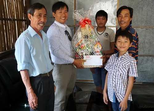 """Tặng quà cha con anh Trần Thanh Vân, một người bị oan trong """"vụ án vườn điều""""."""