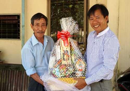 Tặng quà ông Nguyễn Thận.