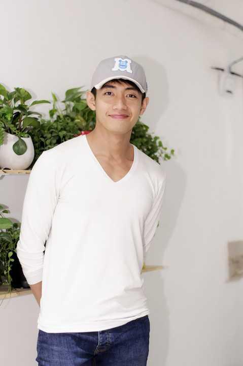 Quang Đăng cũng có mặt để chung vui với người bạn thân của anh. Hot boy làng nhảy khiến fans thích thú vì vẻ ngoài bảnh bao, điển trai của mình.
