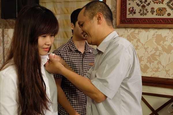 Hiệu trưởng Nguyễn Thành Nam gắn huy hiệu FUNiX cho những sinh viên đầu tiên.