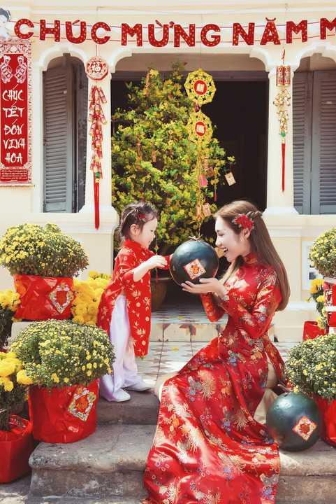 Elly Trần vừa thực hiện một bộ ảnh đón xuân đầy ấn tượng, với sự xuất hiện đặc biệt của con gái Cadie Mộc Trà.