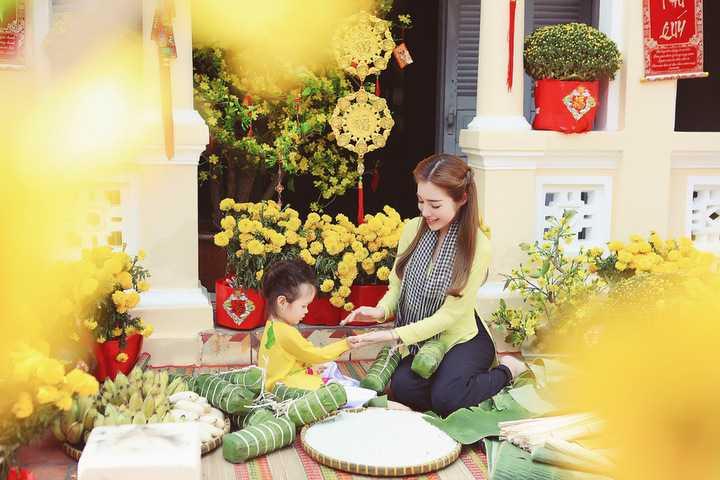 Đặc biệt, đây là bộ ảnh Tết đầu tiên mà Elly Trần đưa con gái – bé Cadie Mộc Trà chụp cùng nhau.