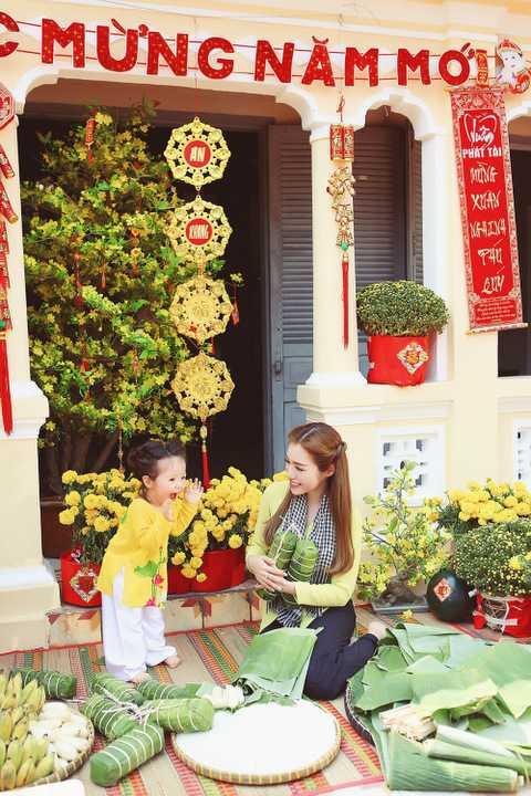 Trong bộ ảnh, bà mẹ hai con lúc ngọt ngào, nổi bật trong trang phục áo dài gấm đỏ họa tiết hoa thêu, khi đằm thắm, dịu dàng trong áo bà ba truyền thống của người dân Nam bộ.