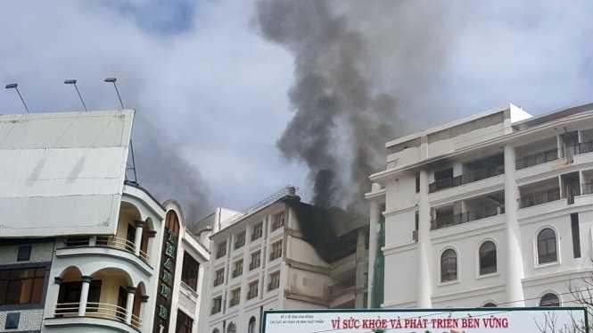 Cận cảnh vụ hỏa hoạn bất ngờ tại khách sạn 5 sao - Ảnh: C.Thành