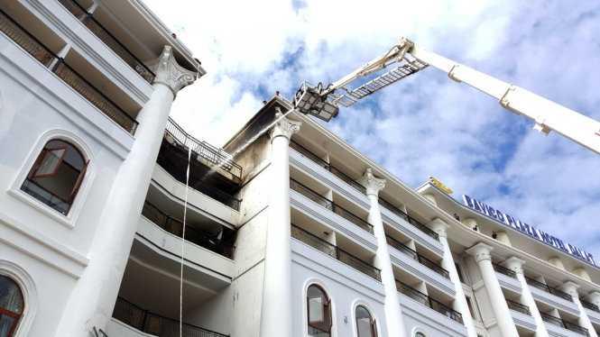 Lực lượng PCCC tỉnh Lâm Đồng khống chế đám cháy từ mặt trước khách sạn, đường Lê Thị Hồng Gấm - Ảnh: C.Thành