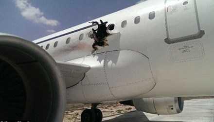Lỗ thủng ở thân máy bay của hãng Daallo Airlines do vụ nổ gây nên