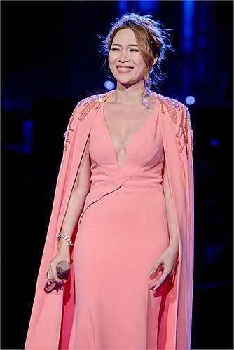 Ngay cả chiếc váy hồng mà Mỹ Tâm tự nhận thấy có phần 'sến sẩm' cũng giúp cô gợi nhiều điểm tò mò với công chúng.