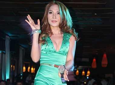 Bộ trang phục khoe vòng một được Mỹ Tâm mặc trong mini show Nhịp đập đam mê vào tháng 11.2011.