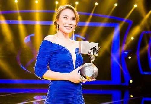 Chiếc đầm xanh cắt xẻ gợi cảm giúp tạo nên nét đẹp thanh lịch cho Mỹ Tâm ngay trên sân khấu Vietnam Idol khi nhận giải thưởng từ MTV.