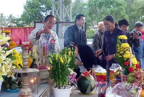 Người dân, đi viếng mộ, Nguyễn Bá Thanh, nhân ngày giỗ đầu, Đà Nẵng