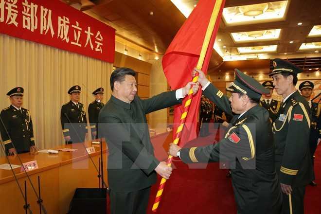 Chủ tịch nước Trung Quốc Tập Cận Bình (trái) đã trao quân kỳ cho Bộ Tổng tư lệnh Lục quân Trung Quốc - Ảnh: TTXVN