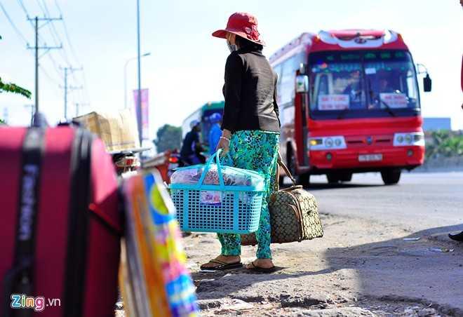 Ngày 3/2 (25 tháng chạp) những người xa quê làm việc tại Đồng Nai đổ ra quốc lộ 1 đón xe về Tết. Bà Nguyễn Thị Thu Hương, quê tỉnh Hà Tĩnh cho biết: Cả năm làm ăn xa nên Tết này cố gắng về với gia đình. Cứ nghĩ ra đường là đón được xe nên tôi không đặt vé trước. Hàng trăm chiếc chạy tuyến TP HCM - Hà Tĩnh nhưng đa phần đủ khách hoặc giá quá cao nên chờ từ 11h đến 15h vẫn không mua được vé.