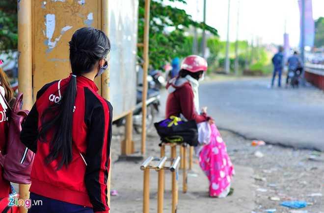 Nhiều người nóng lòng về quê nên đứng ngồi không yên, liên tục ngóng xe tại bến chờ trước khu công nghiệp Biên Hòa 2 (TP Biên Hòa, Đồng Nai).