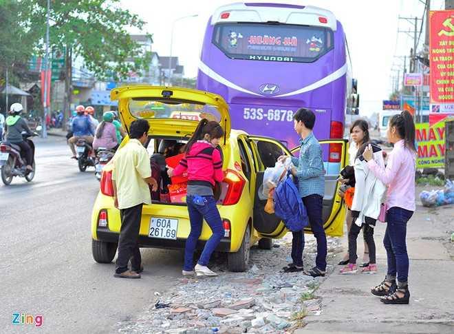 Trong khi đó, những công nhân các tỉnh miền Tây làm việc tại khu công nghiệp Hố Nai (xã Hố Nai 3, huyện Trảng Bom, Đồng Nai) cũng đổ ra đường mua vé về quê.