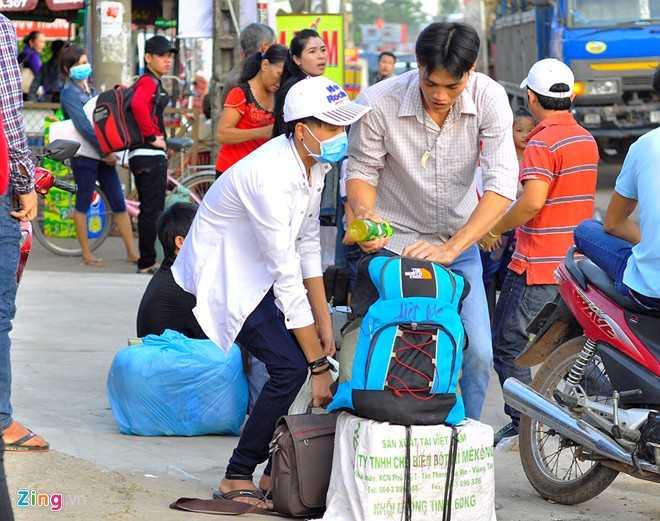 Mệt mỏi vì phải chờ đợi suốt nhiều giờ, một số người phải chi tiêu nhiều hơn thường lệ để về quê.