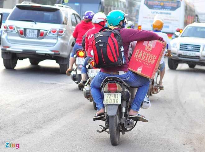 Những người ở các tỉnh lân cận như Bà Rịa - Vũng Tàu, Bình Thuận, Lâm Đồng... sử dụng xe máy làm phương tiện về quê. Về quê bằng xe khách nhanh hơn, đỡ bụi bẩn nhưng nghĩ đến cảnh nhồi nhét, tăng giá vé là tôi sợ. Năm trước bị bác tài nhồi hai khách một ghế, không có không gian để xoay trở nên về đến nhà toàn thân đau nhức. Năm nay tôi quyết định chạy xe máy để chủ động thời gian và thoải mái, anh Trần Quốc Huy - ngụ huyện Tân Thành, Bà Rịa - Vũng Tàu nói.