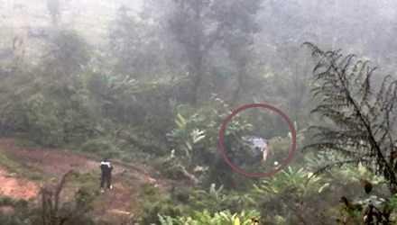 Xe của Phó bí thư Huyện ủy Phong Thổ lao xuống vực sâu khoảng 100 m và hư hỏng nặng. Ảnh: Tài Nguyên môi trường