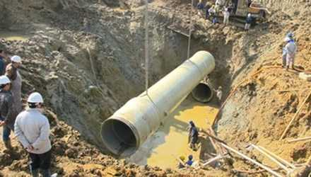 Từ tháng 2/2012 - 9/2015, tuyến ống dẫn nước đã bị vỡ 14 lần, phá hủy 18 cây ống composite cốt sợi thủy tinh, khiến doanh nghiệp khai thác phải chi hơn 13,4 tỷ đồng để sửa chữa, khắc phục sự cố.