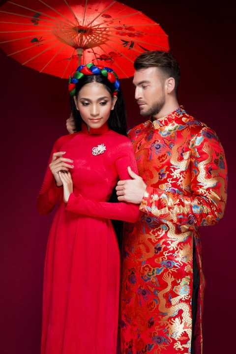 Sánh đôi cùng Trương Thị May, Marko vừa nam tính vừa bảnh bao trong trang phục áo dài Việt.