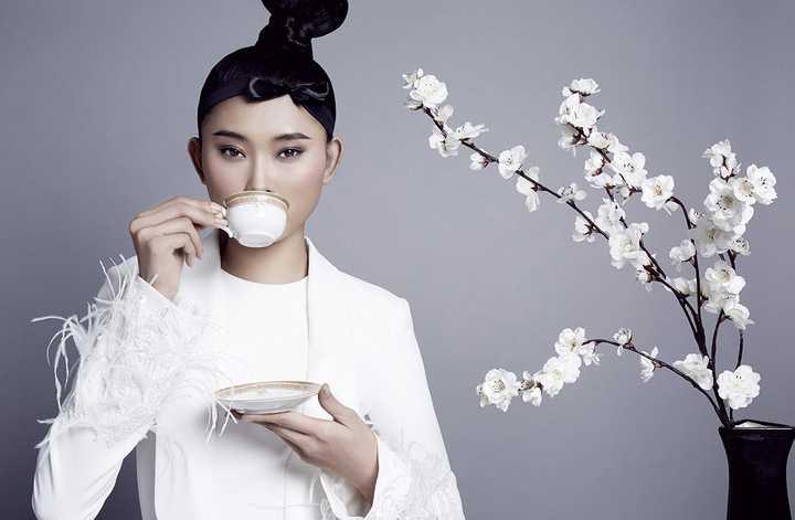Ngoài vai trò thiết kế, anh còn được biết đến là một nhà cố vấn thời trang uy tín khi liên tục nhận được lời mời làm cố vấn cũng như với tư cách giám khảo từ các chương trình truyền hình thực tế như Project Runway – Nhà thiết kế Việt Nam;  Aquafina Pure Fashion…