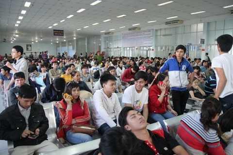 hình ảnh người dân tập trung tại ga Sài Gòn.