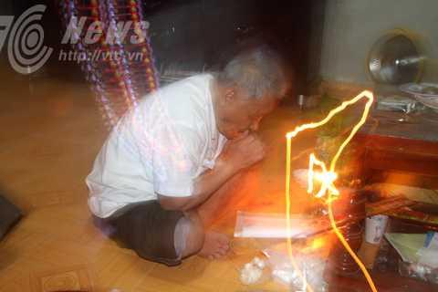 Thầy mo Thục đang đọc thần chú làm bùa yêu