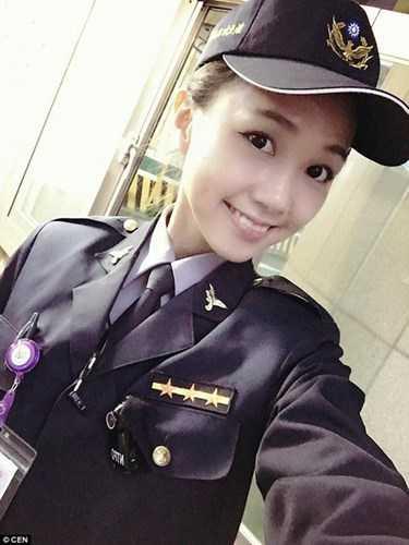 Huang Yichun, năm nay 23 tuổi được mệnh danh là nữ cảnh sát chân dài, xinh đẹp nhất Đài Loan (Trung Quốc). Từng xuất hiện tình cờ trong một bộ ảnh được dân mạng lan truyền, nữ cảnh sát trẻ trở thành một hiện tượng khiến vô vàn bạn trẻ, đấng mày râu mê mệt.
