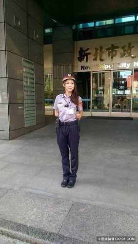 Theo tìm hiểu, được biết Huang Yichun đang làm việc tại Công an thành phố Tân Bắc, Đài Loan (Trung Quốc). Cô tốt nghiệp Học viện Cảnh sát Đài Bắc năm 2013 và từng làm việc ở thành phố này một thời gian trước khi chuyển ra Tân Bắc.