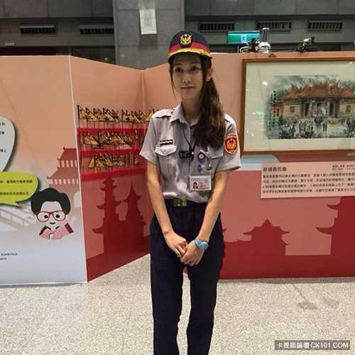 Sau khi những hình ảnh của Huang Yichun xuất hiện trên mạng, nhiều đấng mày râu đã say mê vẻ đẹp của cô. Một số dân mạng còn bình luận, nói rằng bản thân sẵn sàng trở thành người phạm tội để bị cô hot girl cảnh sát này bắt giữ.